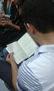 Leitor na linha Esmeralda de trem - SP