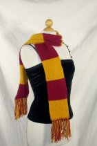 Cachecol Harry Potter, tem todos os modelos aqui https://www.etsy.com/listing/213216551/harry-potter-scarf-any-house-colors-6