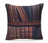 Mais uma almofada! Por que ficar bem acomodado para ler nunca é demais! http://www.lojazonacriativa.com.br/10061523-almofada-livros/p